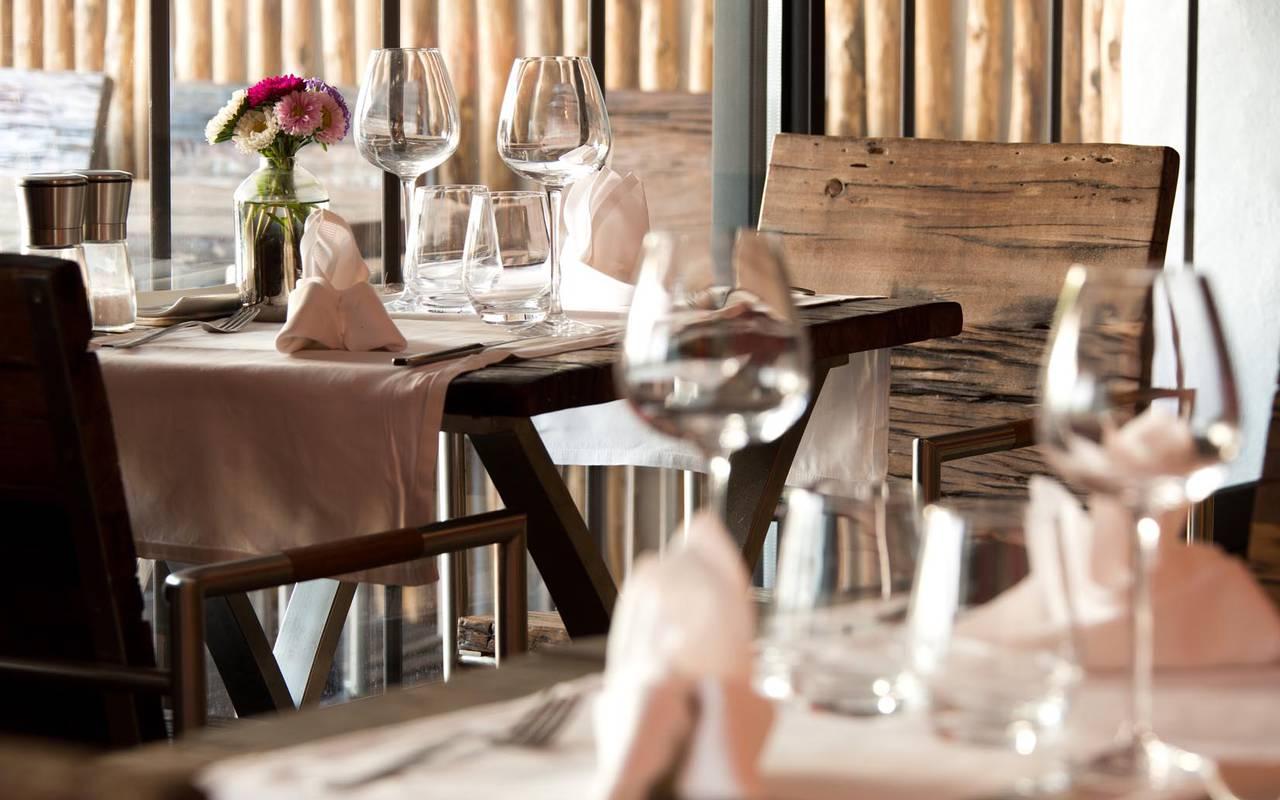 Tables du restaurant hôtel spa camargue