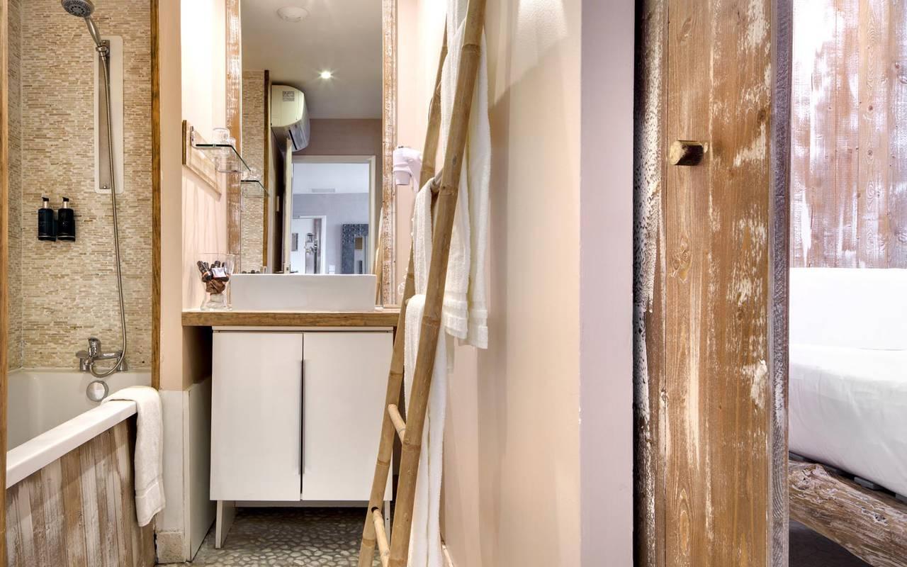 Salle de bain rustique hôtel spa saintes maries de la mer