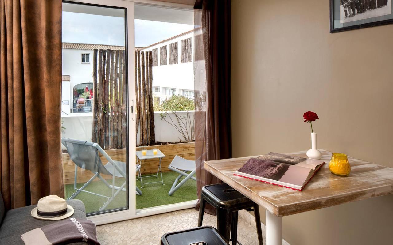 Chambre ouverte sur la terrasse hôtel spa camargue
