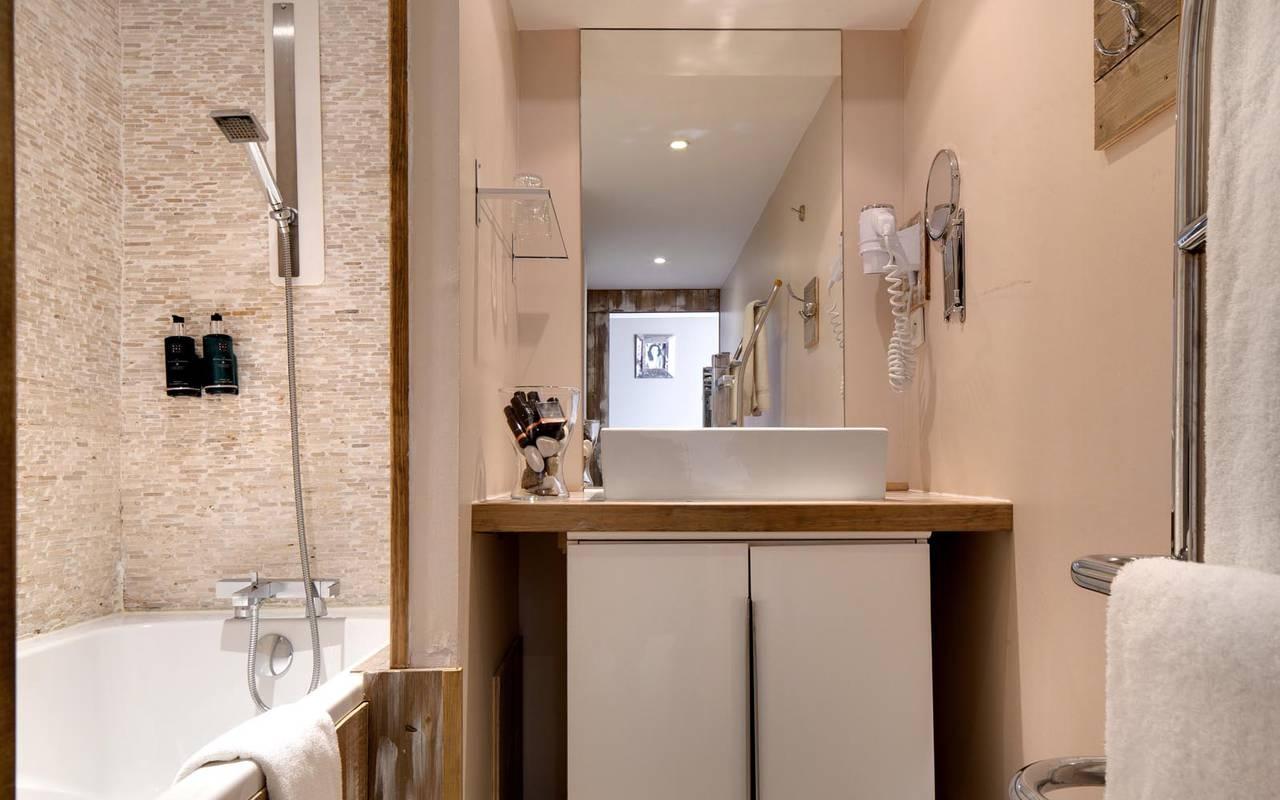 Salle de bain chic avec baignoire hôtel saintes maries de la mer