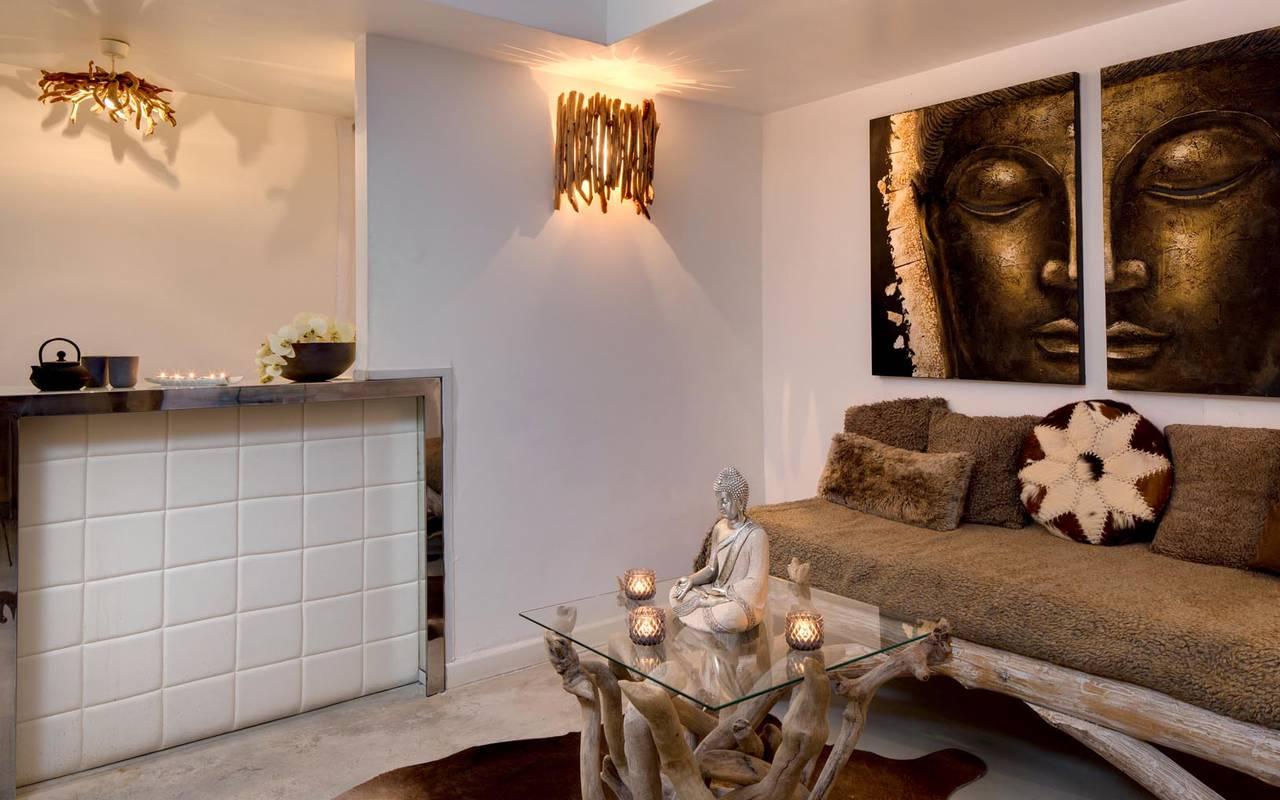 Salon avec canapé rustique hôtel saintes maries de la mer